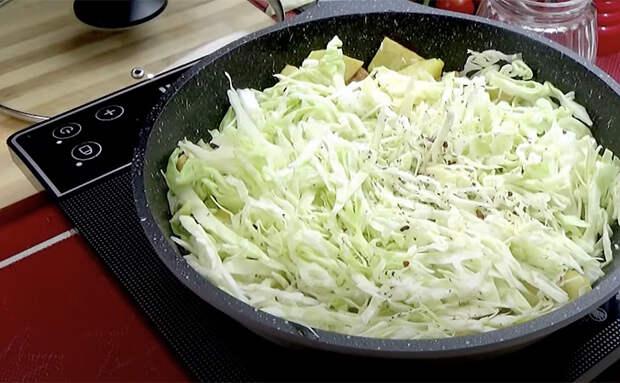 Запекли моцареллу внутри вареной колбасы: второе блюдо и закуска одновременно