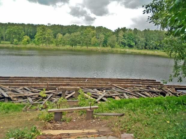 Фото дня: у Джамгаровского пруда демонтировали деревянные настилы