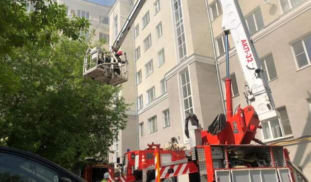 Штаб пожаротушения развернут у загоревшегося жилого дома в Екатеринбурге