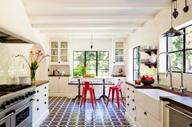 Подобная кухня хорошо подойдет для частного дома
