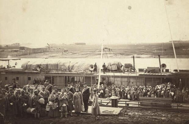 Партия ссыльных и каторжан садятся на баржу на реке Тюмень в Западной Сибири путешественник, россия