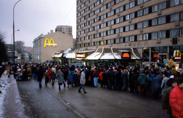 Советская очередь в бездуховный Макдональдс.