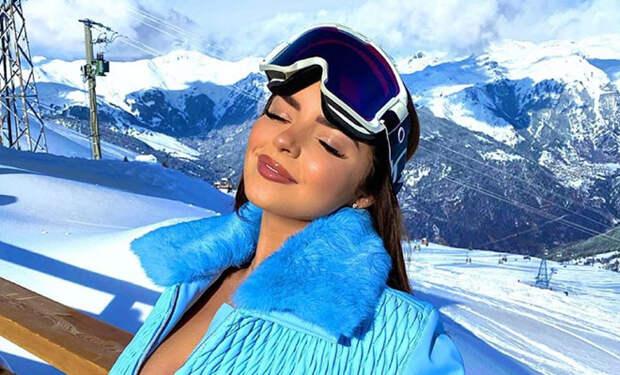 Деми Роуз приехала в зимние горы и отправилась загорать на балкон