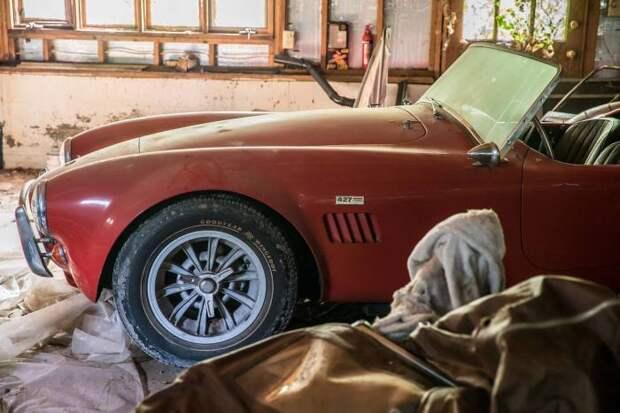 Под капотом Shelby Cobra 427 скрывается 425-сильный V8 – так называемый «big block». | Фото: hagerty.com.