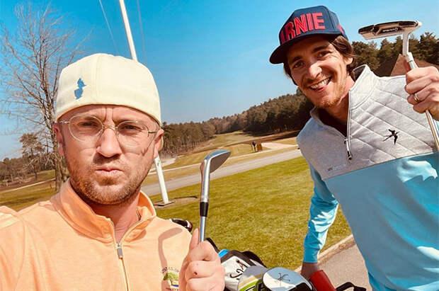 """Вместо квиддича: звезды """"Гарри Поттера"""" Том Фелтон и Джеймс Фелпс сразились на поле для гольфа"""