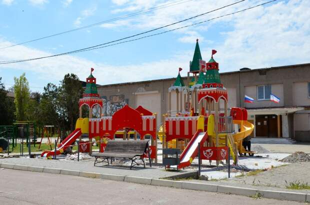 В селе Новосельское устанавливают детский игровой комплекс