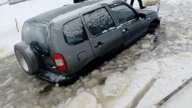 Провалившуюся под лёд машину разобрали, пока водитель ходил за помощью