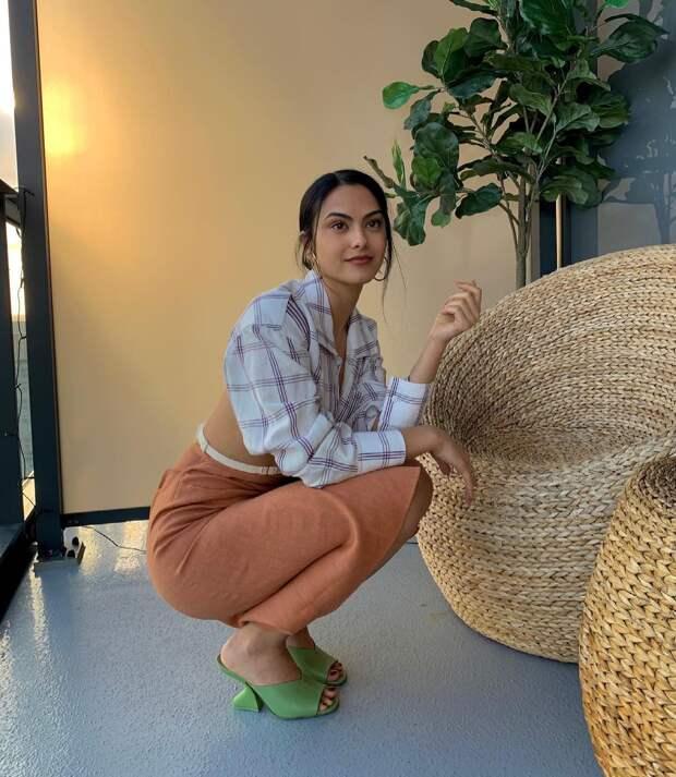 Что носить этой весной и летом: босоножки с необычным каблуком как у Камилы Мендес