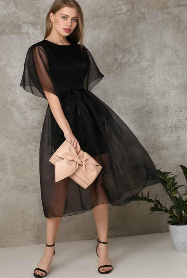 Платье с прозрачными элементами.