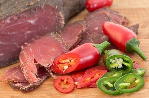 7 видов еды, приближающих старость быстрее. Соленья, красное мясо и сладкое