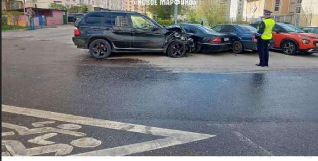 Водитель «БМВ» врезался в припаркованные машины на Большой Марфинской