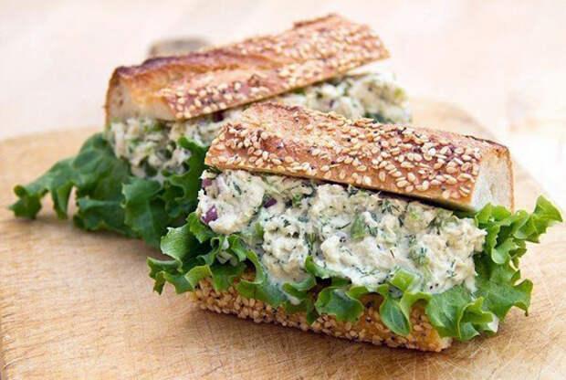 Бутерброды с начинкой из тунца и овощей.