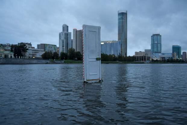 В Екатеринбурге посреди пруда установили дверь с надписью «Учёт»