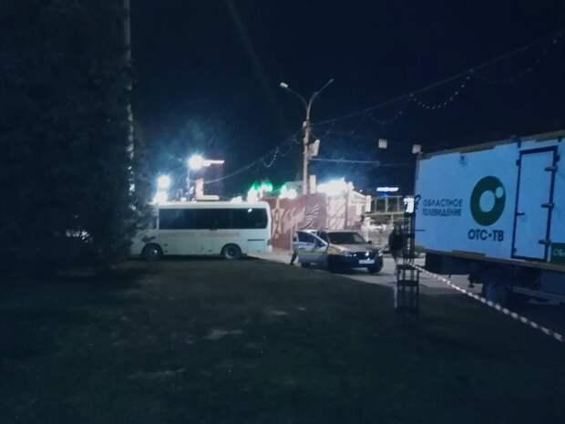Автохамы недели. Странная парковка электросамокатов и «убитый» газон перед Оперным ради трансляции парада