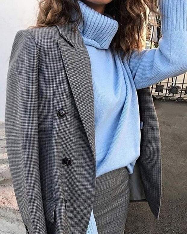 Свитер с высоким горлом или водолазка под «мужской» жакет: стильный образ на весну 2021
