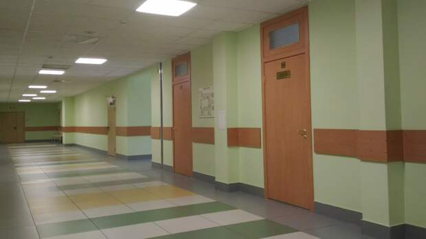 Власти Новгородской области обязали школы запирать входные двери на время уроков
