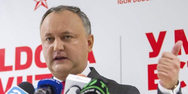 epa05632121 The leader of Socialists Party and new President-Elect of Moldova Igor Dodon gestures at a press-conference in the Socialists Party headquarters in Chisinau, Moldova, 15 November 2016. Following the second round of presidential elections on 13 November, hundreds of people gathered in downtown of Moldova's capital to protest the way the elections were conducted and demanding the resignation of Central Election Commission (CEC) staff members, invalidation of the elections, and asking for a new ballot.  EPA/DUMITRU DORU