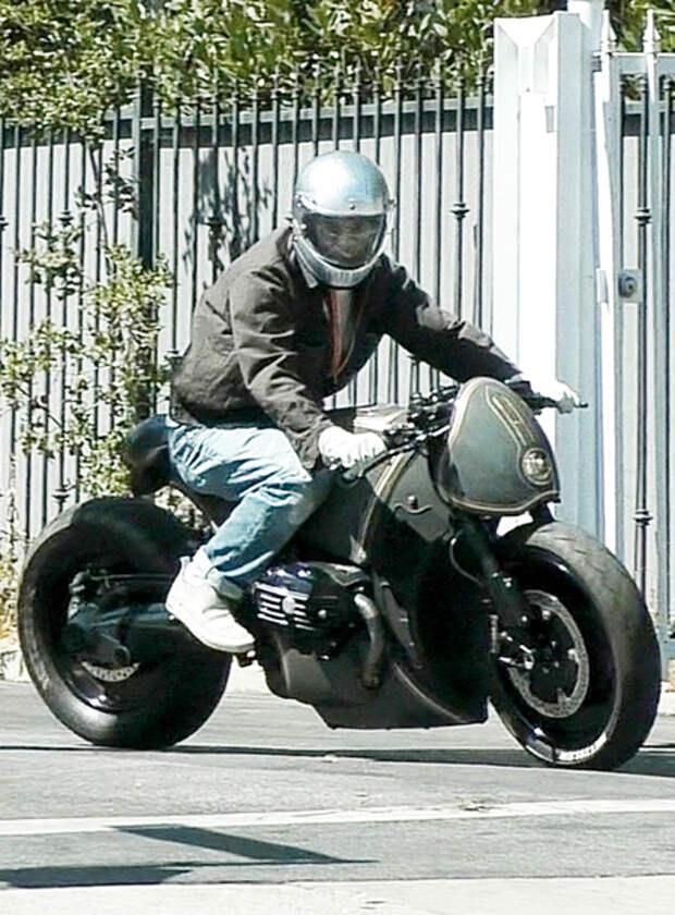 Байкер-невидимка: Брэд Питт покинул дом Анджелины Джоли на мотоцикле