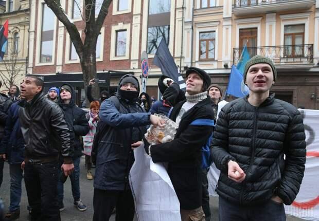 В Киеве во время акции «Смерть России» разгромили отделения российских банков