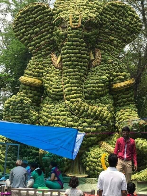Огромная статуя индуистского бога Ганеши, сделанная вручную из бананов