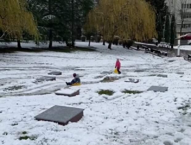 В Сочи дети катались с горки на мемориале воинской славы