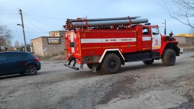 На окраине Орска сгорели два гаража, два мопеда и автомобиль