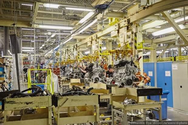 Двигатель и коробки приходят в сборе, дальше они отправляются на линию подсборки, потом на свадьбу. Так называются процесс установки двигателя в кузов. nissan, авто, автозавод, автомобили, завод, производство, сборка, цех