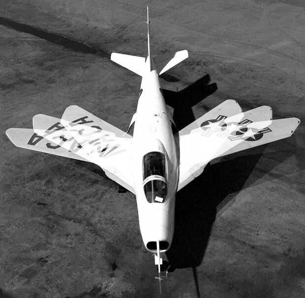 Комбинированное фото экспериментального самолета Белл Х-5, показывающее три рабочих положения крыла машины