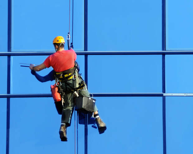 Как проводится мойка окон высотных зданий альпинистами