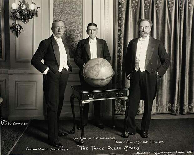 Эрнест Шеклтон — посередине. Слева — Амундсен, справа — Роберт Пири