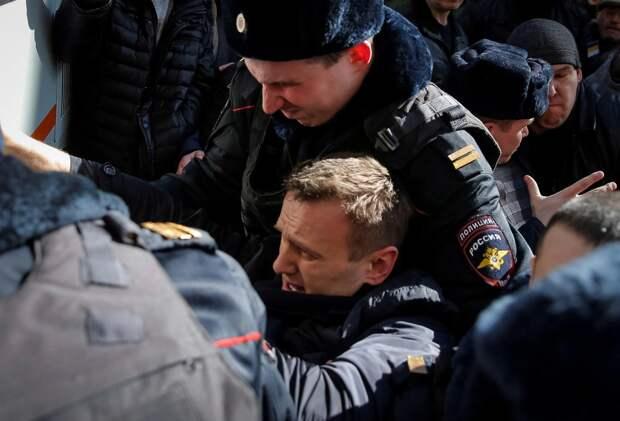 Навальный вам не революционер: школьников на дубины – сам в автозак