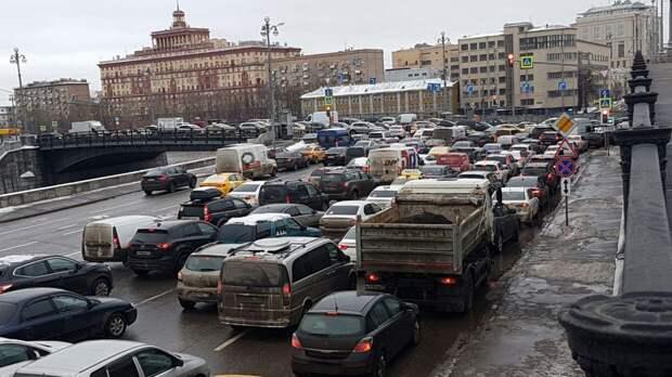 Рекордные осадки привели к образованию десятибалльных пробок на московских дорогах