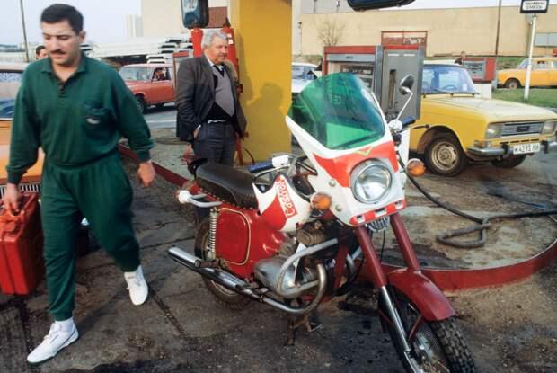 18 апреля 1990 года руководство СССР ввело ограничения на поставку нефти и газа в республику