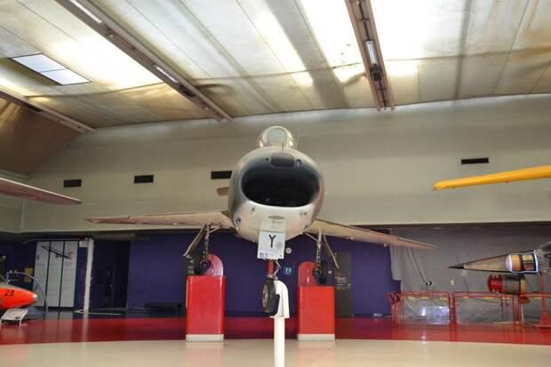 Антенна радиодальномера на самолете «Супер Мистер» размещена в верхней «губе» воздухозаборника под текстолитовым обтекателем. Над ней мы видим штырь датчика угла скольжения, ближе к левому борту – «ус» антенны связной радиостанции. Под воздухозаборником видим два приемника воздушного давления (ПВД, каждый – для измерения скорости в своем диапазоне) и порты пушек DEFA 552