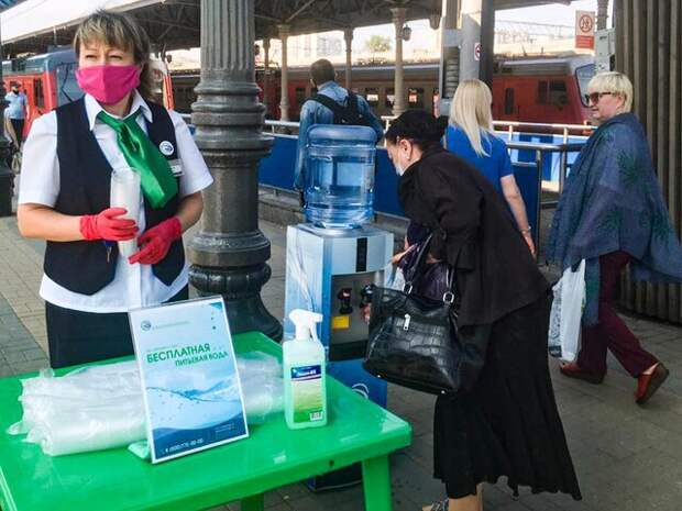 Пассажирам ЦППК начали раздавать питьевую воду на вокзалах и станциях из-за жары