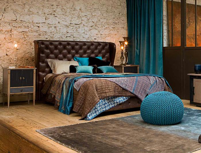 Бархатный ковер и занавески в интерьере спальни.