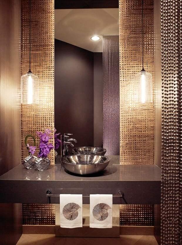 Металлические бусины, перекликаясь с такими же элементами интерьера, отлично смотрятся в современной ванной комнате
