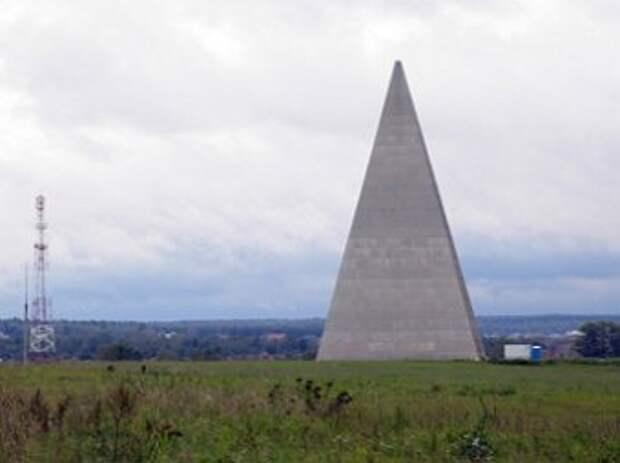Момент разрушения пирамиды Голода во время урагана в Москве попал на ВИДЕО