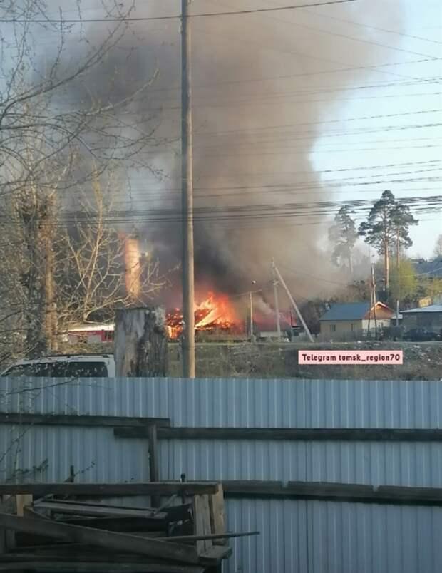 Два частных дома загорелись в поселке под Томском