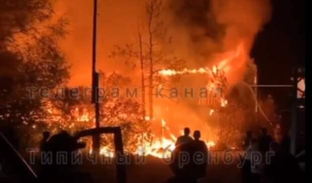 На Маяке в Оренбурге больше трех часов тушили серьезный пожар