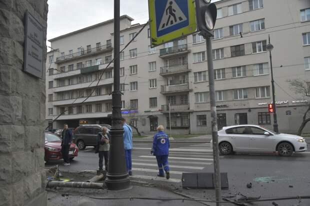 Перевернувшись, такси засыпало обломками светофора Каменноостровский, а ПУХТО мусором — подходы к парку