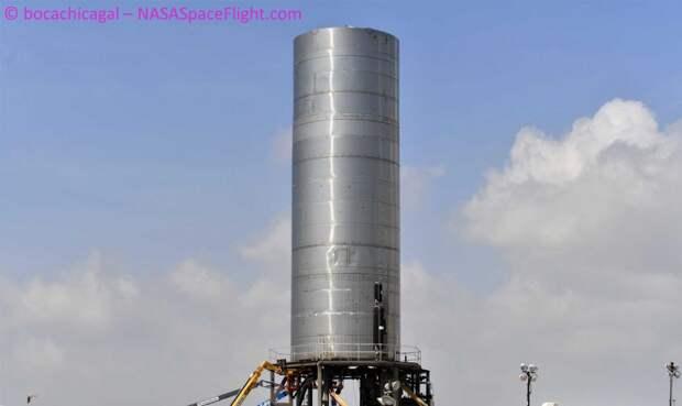 Звездолет SpaceX готовят к первому полету на следующей неделе
