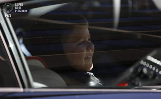 США. Сан-Франциско, Калифорния. 15 ноября. Мальчик покидает публику на «Бэтмобиле». (REUTERS/Stephen Lam)
