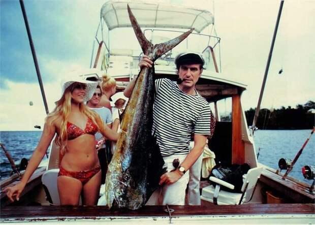 Издатель, основатель и шеф-редактор журнала «Playboy» Хью Хефнер на рыбалке, Майами, 1970 год