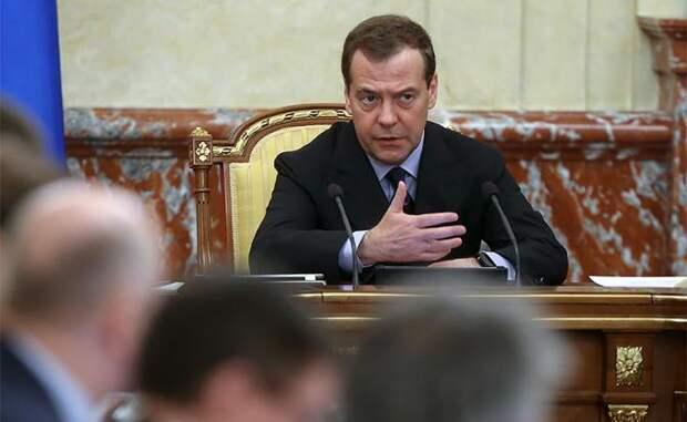 На фото: премьер-министр РФ Дмитрий Медведев во время заседания правительства РФ.