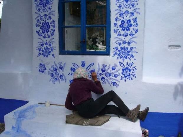 90-летняя жительница Чехии превратила свою деревню в арт-галерею