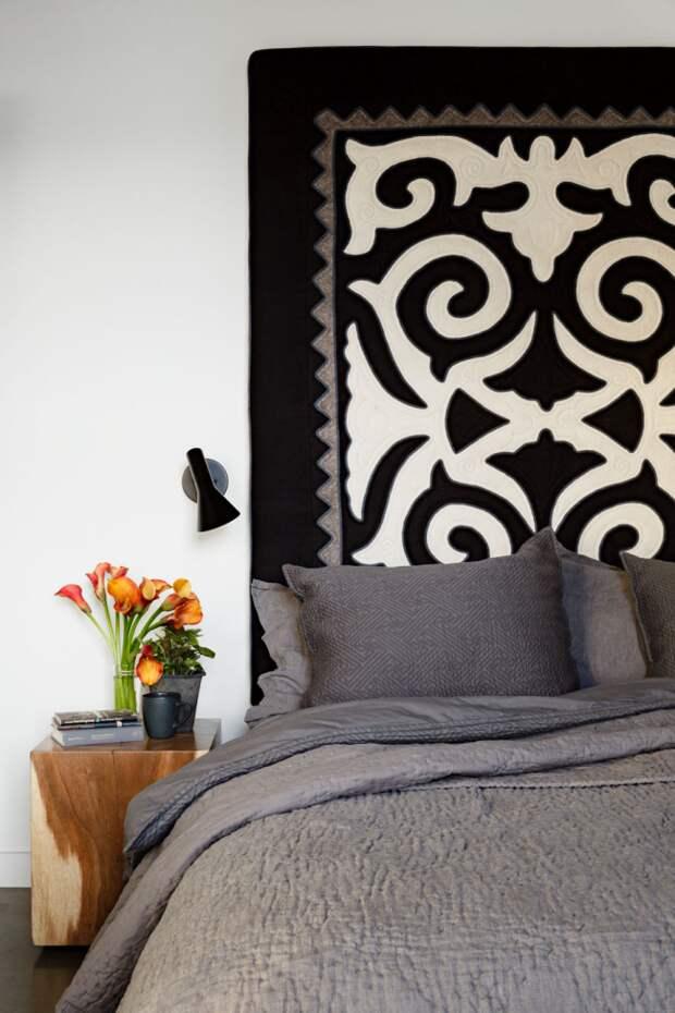 Не обязательно рисовать непосредственно на стенах, вы можете разместить панно с графическими узорами у изголовья кровати, которое временами можно будет заменять