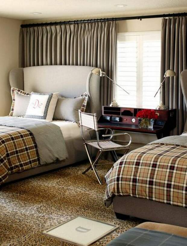 кровати по бокам от окна