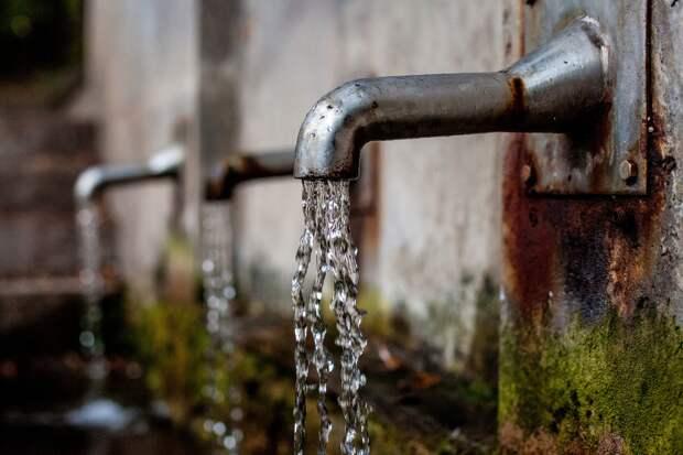 В Симферополе и Симферопольском районе на выходных прорвало 54 сети водоснабжения
