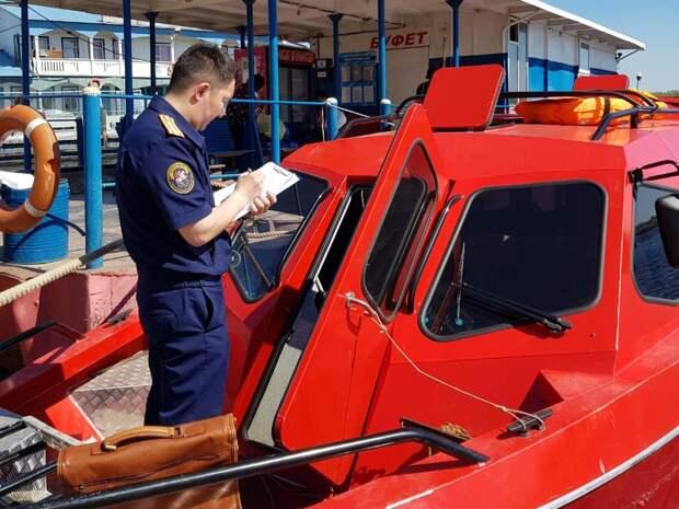 На реке Лена три человека пострадали при столкновении моторной лодки с паромом